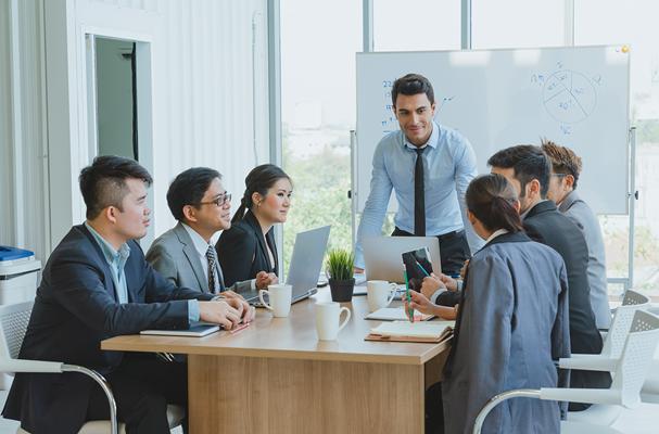 Reunião entre pessoas em uma empresa